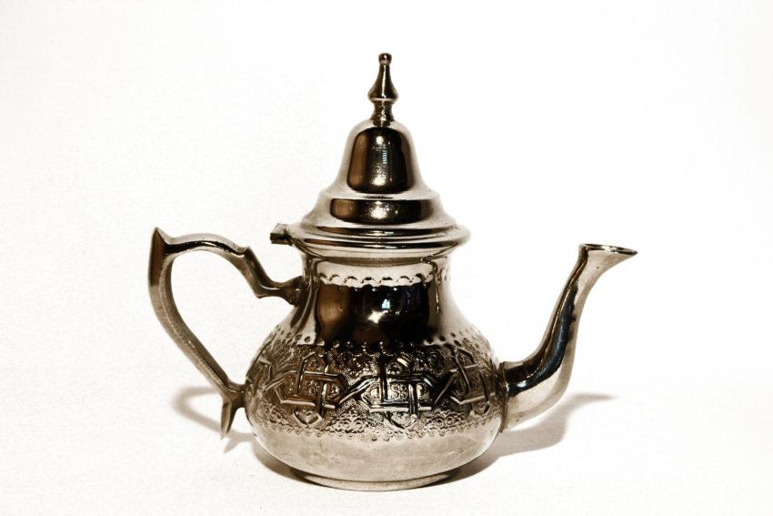 Servieren Sie Ihren köstlichen marokkanischen Pfefferminztee nur noch elegant und schick in einer traditionellen Teekanne von El-Fesi/ Oriental Art Decor. Die marokkanische Teekanne – Classic wird traditionell noch von Hand hergestellt. In rasantem Tempo wird gehämmert, gemeisselt und gelötet. Sie ist aus Messing und wird in einem Elektrolyten-Bad verchromt. Jedes Stück ist ein Unikat. Sie können die widerstandsfähige Teekanne direkt auf Ihre Gas-, Elektro- oder Glaskeramikherdplatte stellen und so Ihren marokkanischen Pfefferminztee zubereiten. Die orientalische Teekanne – Leila hat ein Fassungsvermögen von 11 dl und ist geeignet für 4 bis 6 Personen.