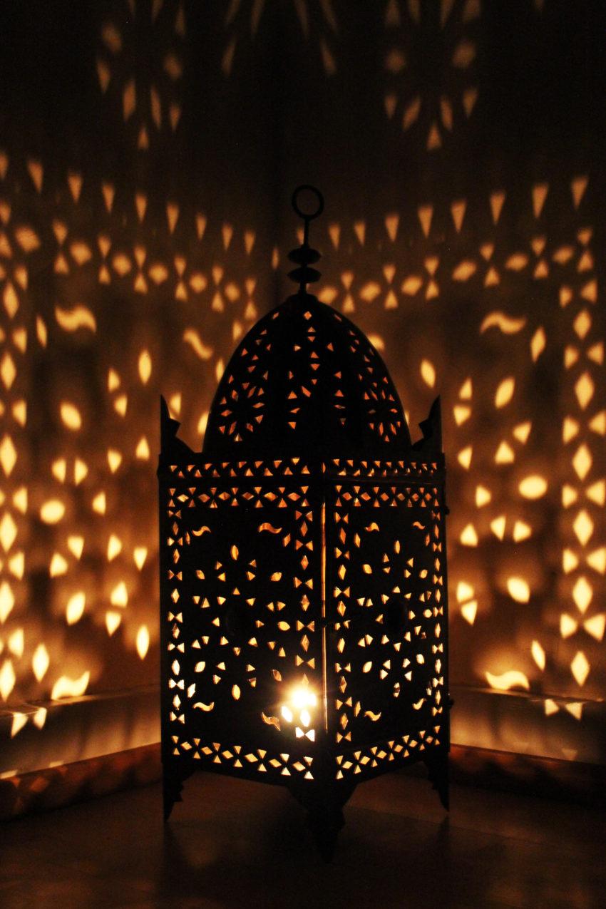Die Orient Eisenlaterne wird in in Marokko von einem ein Mann Betrieb hergestellt. Marokkanische Handwerkskunst erhältlich bei El-Fesi / Oriental Art Decor.