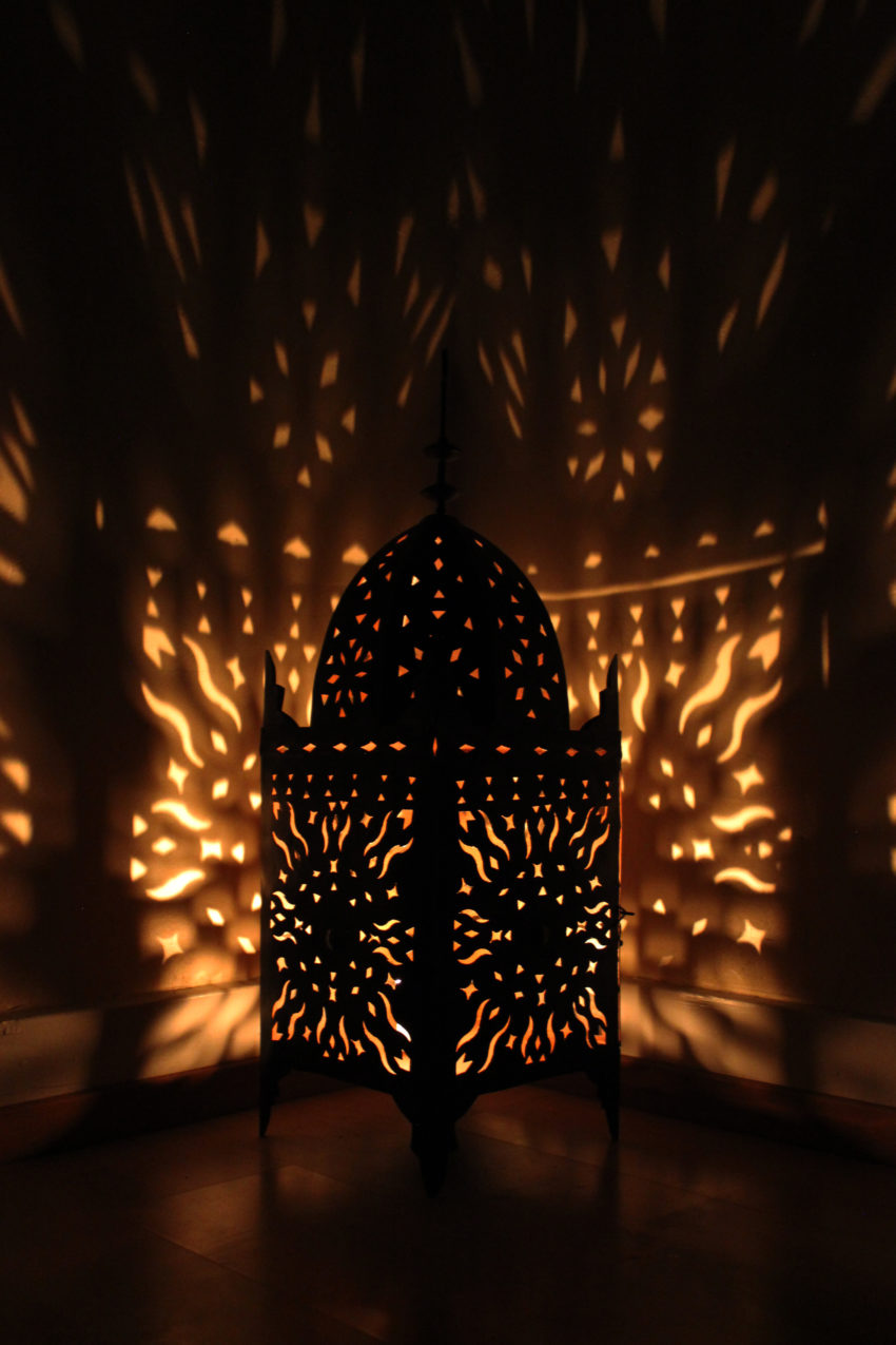 Die orientalische Eisenlaterne Karima wird in Marokko von einem ein Mann Betrieb hergestellt. Marokkanische Handwerkskunst erhältlich bei El-Fesi / Oriental Art Decor.