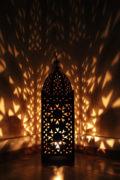 Die marokkanische Eisenlaterne wird in Marokko von einem ein Mann Betrieb hergestellt. Marokkanische Handwerkskunst erhältlich bei El-Fesi / Oriental Art Decor.