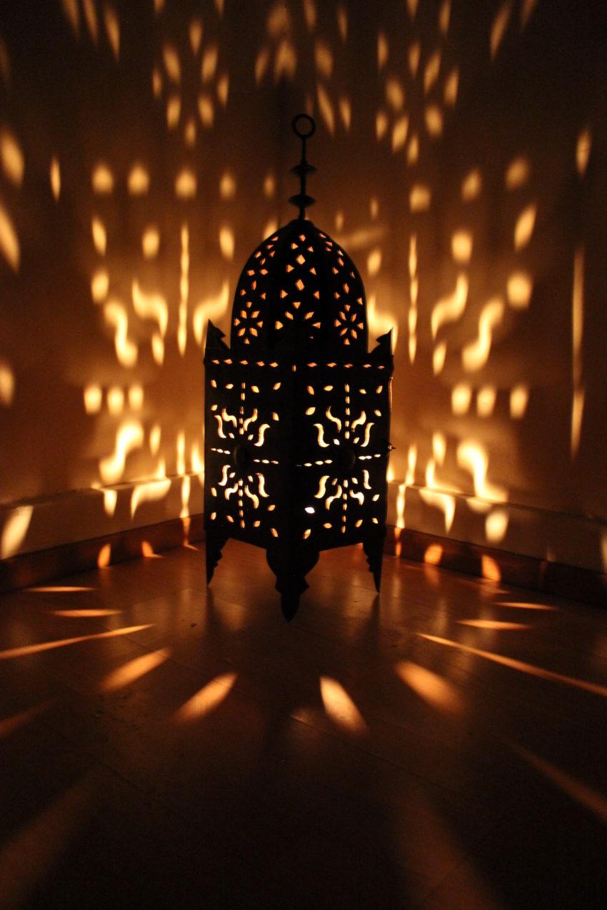 Die orientalische Eisenlaterne Leila wird in Marokko von einem ein Mann Betrieb hergestellt. Marokkanische Handwerkskunst erhältlich bei El-Fesi / Oriental Art Decor.