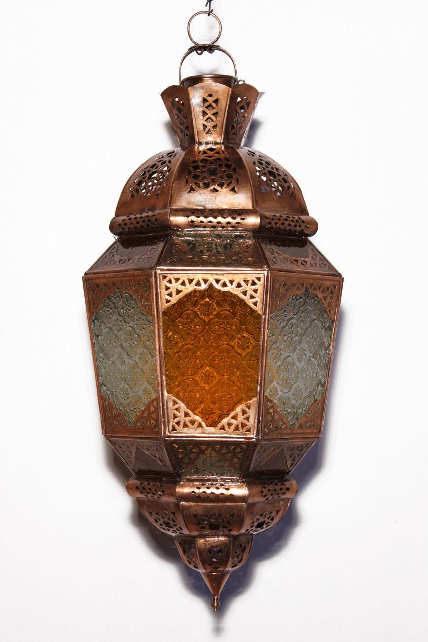 Die marokkanische Lampe wird in Marokko von ausgewählten Künstlern hergestellt. Die Orient Lampen verzaubern Ihre Umgebung in ein Ambiente aus 1001 Nacht.