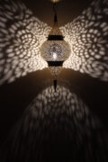Die orient Lampe Fahime wird in Mrokko Fes wird in Marokko Fes von ausgewählten Künstlern hergestellt. Die Orient Lampen verzaubern Ihre Umgebung in ein Ambiente aus 1001 Nacht.