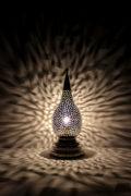 Die arabische Tischlampe Sahra wird in Marokko von ausgewählten Künstlern hergestellt. Einzigartige Tischlampen erhältlich bei El-Fesi / Oriental Art Decor.