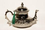 Die silber Teekanne Menena wird in Marokko traditionell von Hand hergestellt. Servieren Sie Ihren marokkanischen Pfefferminztee in einer Teekanne von El-Fesi.