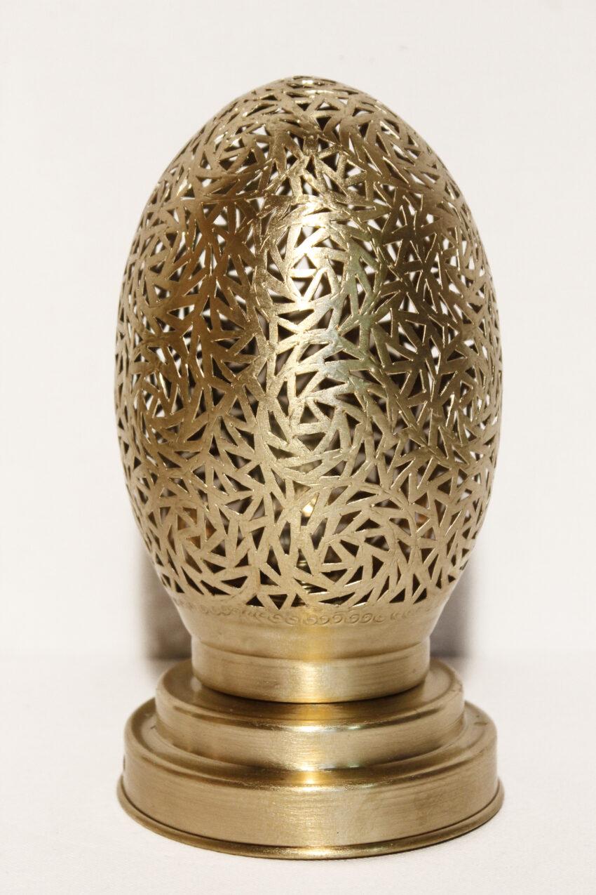 Die Messing Tischlampe Melina wird in Marokko von ausgewählten Künstlern hergestellt. Einzigartige Tischlampen erhältlich bei El-Fesi / Oriental Art Decor.